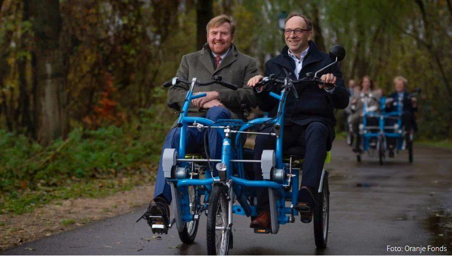 Koning fietst mee met fietsmaatjes in Warmond